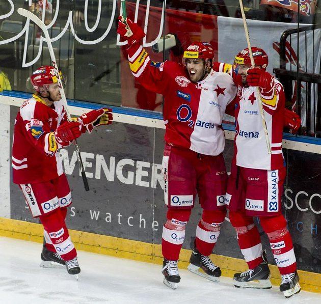 Slávistický útočník Michal Poletín (uprostřed) se raduje se svými spoluhráči Jakubem Sklenářem (vlevo) a Tomášem Divíškem z gólu proti Olomouci.