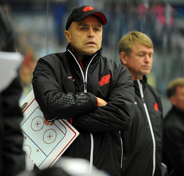 Trenér Avangardu Jevgenij Kornouchov při utkání v Chomutově.