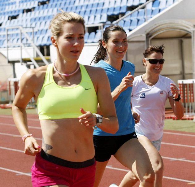 Společný trénink Nikoly Sudové a Rychlých holek na stadiónu Evžena Rošického na Strahově. Na snímku překážkářky Denisa Rosolová (vlevo), Jitka Bartoničková (uprostřed) a boulařka Nikola Sudová.