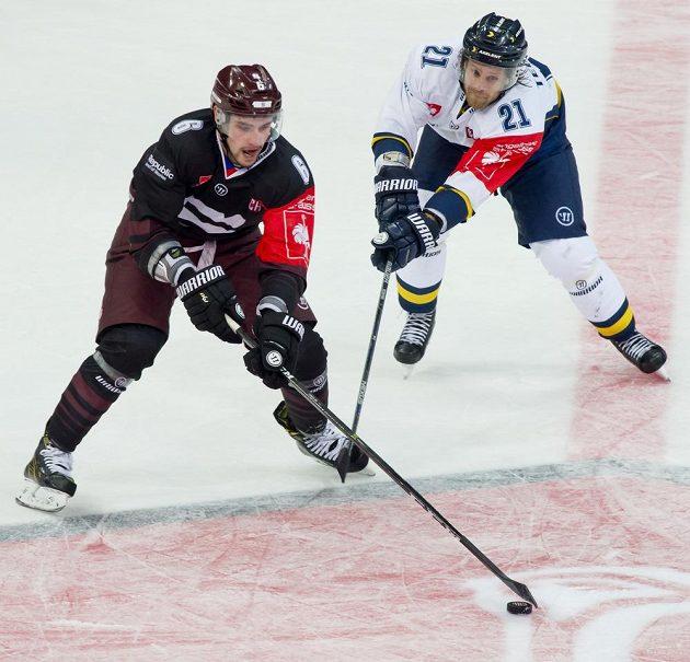 Zleva útočník Sparty Lukáš Cingel a útočník Jönköpingu Mattias Tedenby.