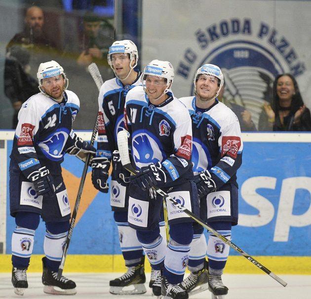 Plzeňští hokejisté se radují z gólu v utkání s Olomoucí. Během zápasu slavili celkem desetkrát.