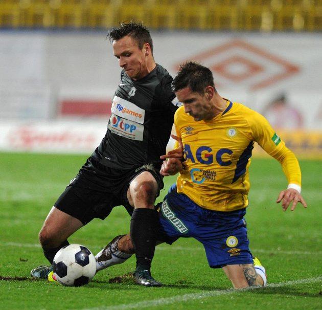Jablonecký útočník Stanislav Tecl (vlevo) v souboji s teplickým záložníkem Martinem Fillem v zápase 14. kola Synot ligy.