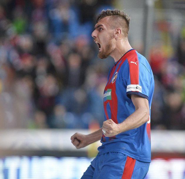 Střelec Tomáš Chorý z Plzně oslavuje gól proti Liberci.