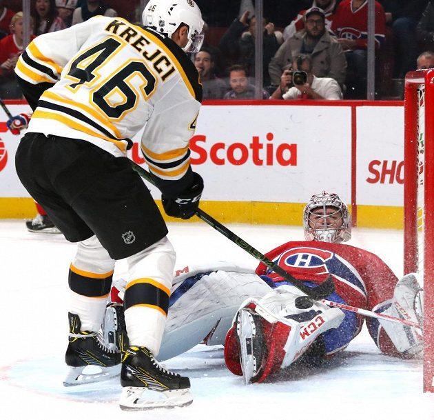 Bostonský centr David Krejčí před brankářem Montrealu Carey Pricem.