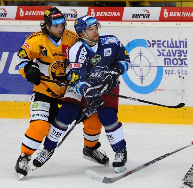 Litvínovský útočník Kamil Piroš (vlevo) a forvard Komety Hynek Zohorna.