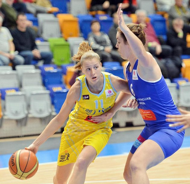 Basketbalistka Kateřina Elhotová (vlevo) a Jenna Maree O`Heaová z francouzského Montpellier v utkání 7. kola Evropské ligy.