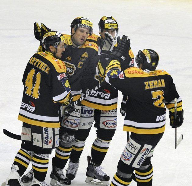Radost litvínovských hokejistů z výhry v Chomutově, druhý zleva je úspěšný střelec Michal Trávníček.