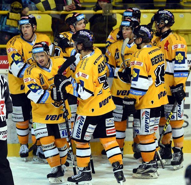 Litvínovští hokejisté slaví vítězství nad Vítkovicemi v zápase druhého kola skupiny o umístění.