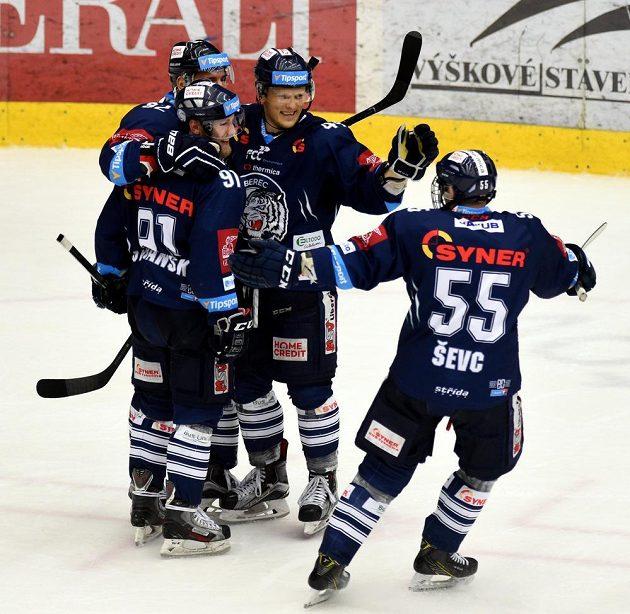 Liberečtí hráči se radují ze čtvrtého gólu, který dal Jan Stránský. Chomutov prohrál 0:4 a Liberec mohl slavit postup do finále.