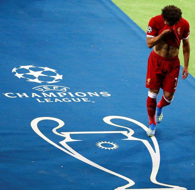 Mohamed Salah nuceně střídá kvůli zranění ve finále Ligy mistrů.
