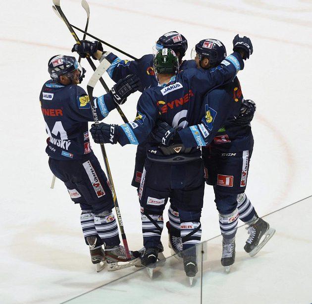 Liberečtí hokejisté slaví gól na ledě Olomouce.