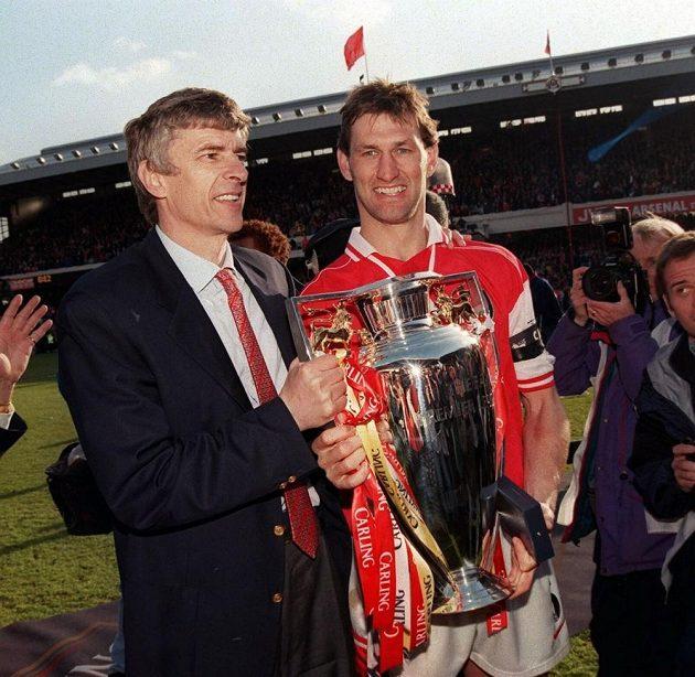 Tony Adams (vpravo) metodám Arséna Wengera (vlevo) nevěřil. Do Arsenalu s ním ale přišly tituly. Takhle se radovali ze zisku FA Cupu v roce 1998.