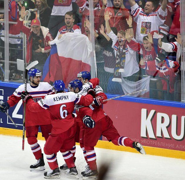 Radost českých hokejistů po prvním gólu v duelu se Švédy.