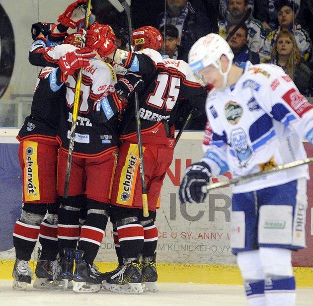 Hráči Hradce se radují z prvního gólu během šestého semifinále play off hokejové extraligy s HC Kometa Brno.