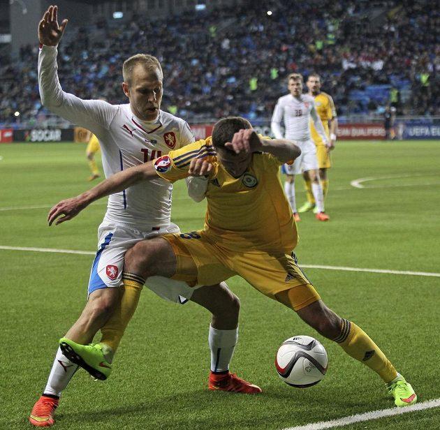 Český záložník Daniel Kolář (vlevo) bojuje s Dmitrijem Šomkem z Kazachstánu o míč.