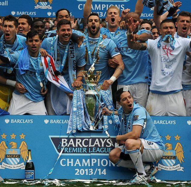 Fotbalisté Manchesteru City slaví na Etihad Stadium mistrovský titul.