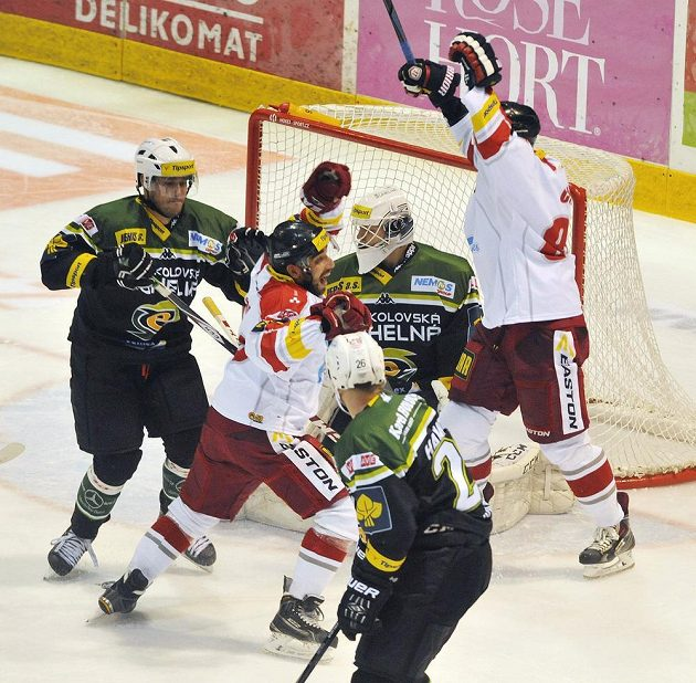 Olomoucký útočník Roman Rác (druhý zleva) střílí gól proti Karlovým Varům.