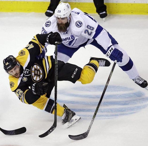 Obránce Luke Witkowski (28) z Tampy Bay sráží na led Davida Krejčího (46) z Bostonu.
