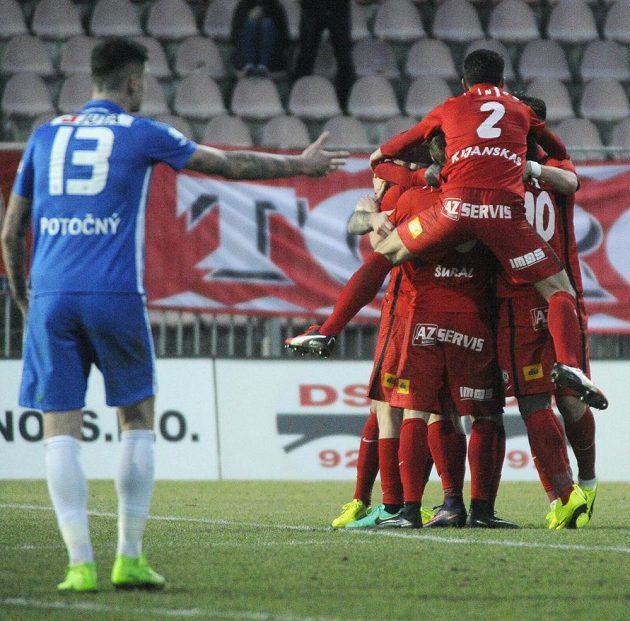 Brněnští hráči se radují z gólu.