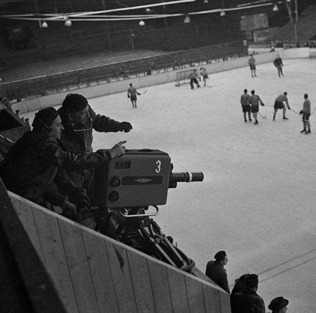 Jedna z kamer, které snímaly zápas československých a švédských hokejistů 11. února 1955.