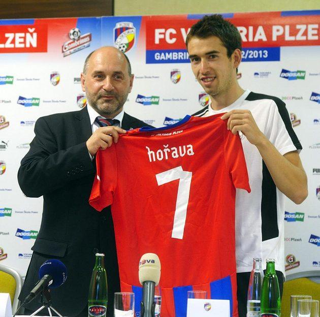 Majitel Viktorie Plzeň Tomáš Paclík a nová posila Tomáš Hořava (vpravo) po podpisu smlouvy.