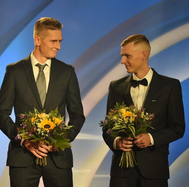 David Juška (9. místo) a Filip Sasínek (10. místo) během vyhlašování ankety atlet roku.