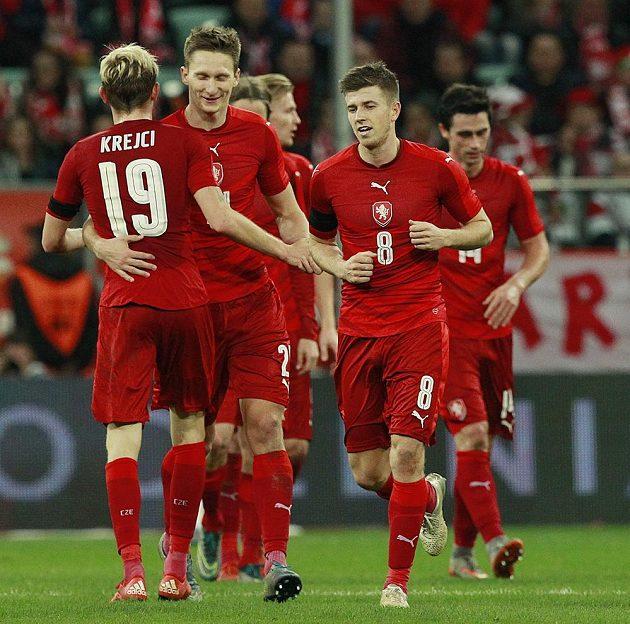 Český záložník Ladislav Krejčí se raduje se svými spoluhráči z gólu v přátelském duelu proti Polsku ve Vratislavi.