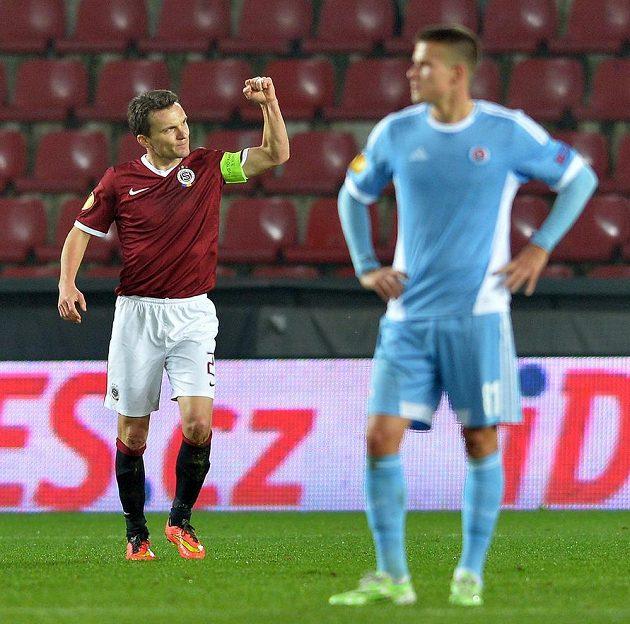Sparťanský útočník David Lafata (vlevo) se raduje z vedoucího gólu proti Slovanu.