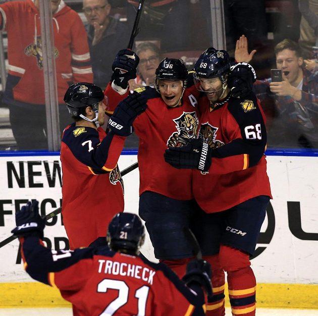 Hráči Floridy se radují z branky českého útočníka Jaromíra Jágra (68) v zápase NHL proti Winnipegu.