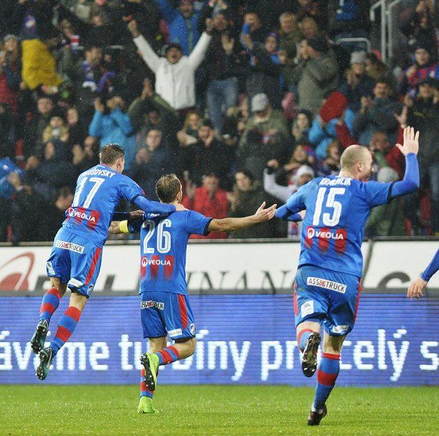 Radost fotbalové Plzně z gólu ve šlágru 13. kola se Slavií, uprostřed je jeho autor Daniel Kolář.
