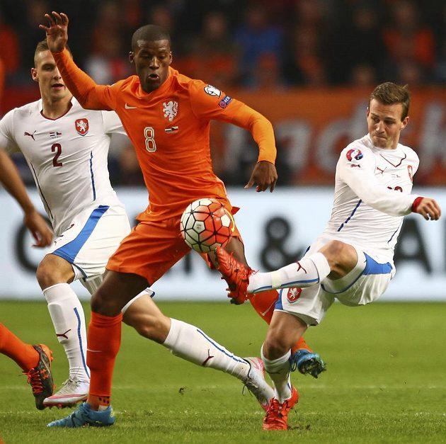 Český záložník Vladimír Darida (vpravo) a Nizozemec Georginio Wijnaldum během kvalifikačního utkání ME 2016 v Amsterdamu.