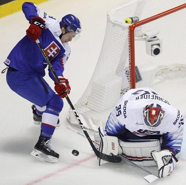 Brankář hokejové reprezentace Cory Schneider se snaží zneškodnit šanci Slováka Mariana Studeniče v utkání mistrovství světa.
