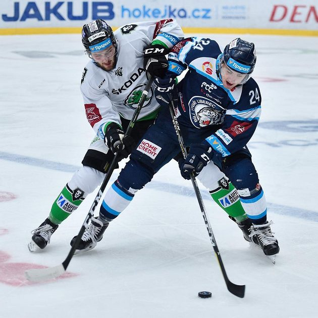 Utkání 5. kola hokejové extraligy: Zleva Pavel Musil z Boleslavi a Filip Pyrochta z Liberce.