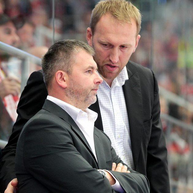 Trenérská dvojice René Mucha (vlevo) a Marek Malík se dočkala na střídačce Třince první výhry, Oceláři zdolali Litvínov.