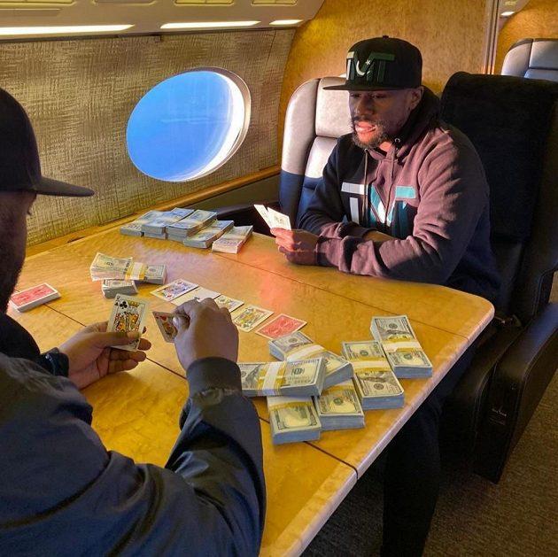 Legendární boxer Floyd Mayweather vydělal miliardu dolarů. Teď se ale proslýchá, že mu docházejí peníze a potřebuje vybojovat další zápas.