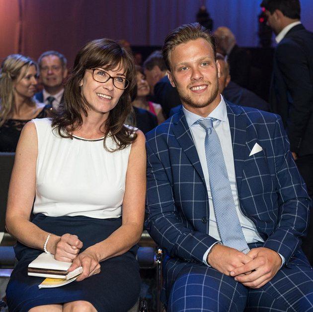 Vítěz ankety Zlatá hokejka David Pastrňák s matkou.