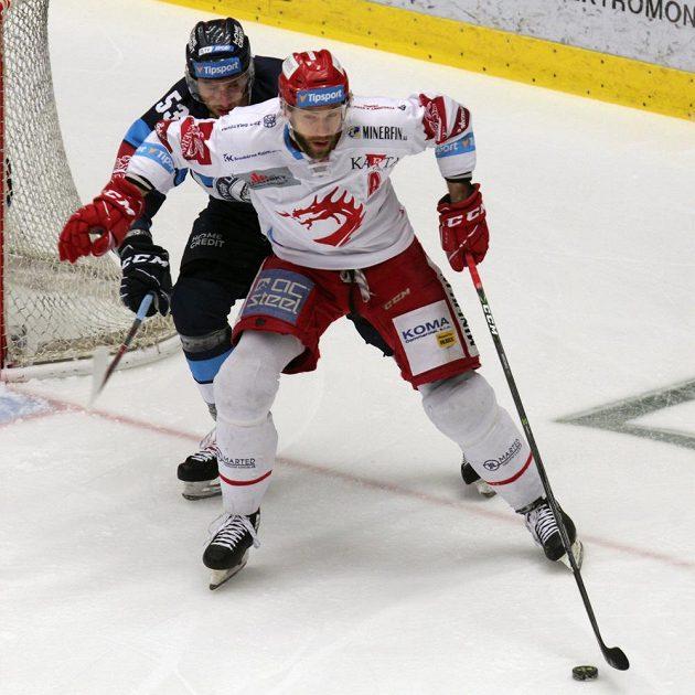Tomáš Marcinko z Třince (vpředu), Jaroslav Vlach z Liberce v akci během finále hokejové extraligy.