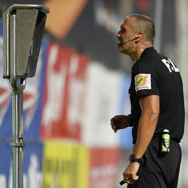 Hlavní rozhodčí Miroslav Zelinka zkoumá u videa spornou situaci.