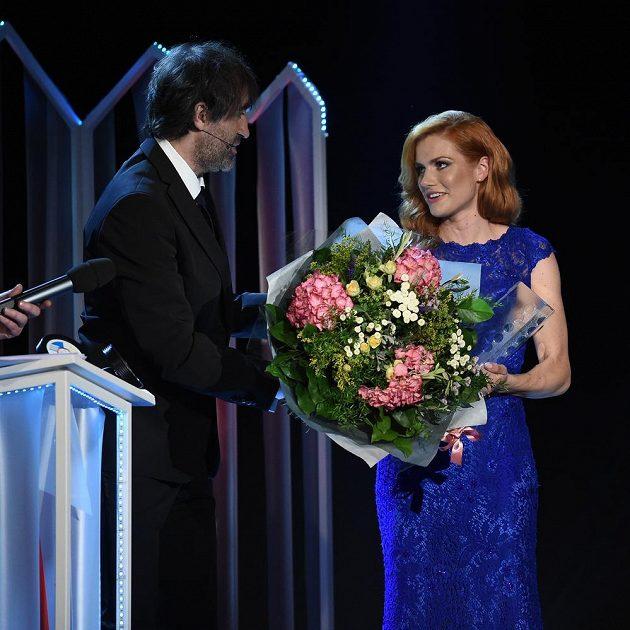 Gabriela Koukalová (vpravo) ovládla anketu Biatlonista roku.