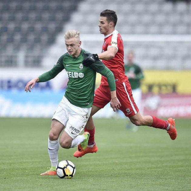 Jaroslav Zelený z Jablonce je atakován Lukášem Vraštilem ze Zbrojovky v utkání 13. kola HET ligy. Zelený vstřelil první gól zápasu.