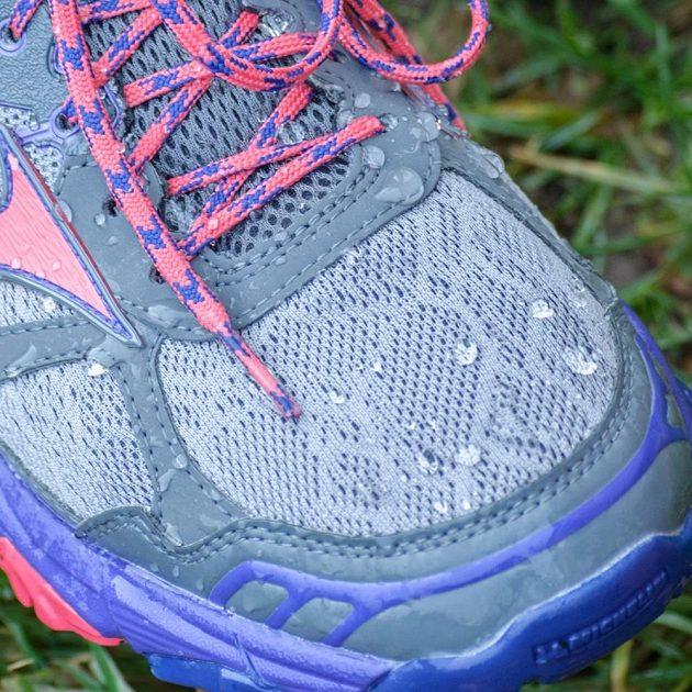 Trailové běžecké boty Mizuno Wave Mujin 4 G-TX: Voda jako by od bot přímo odskakovala.