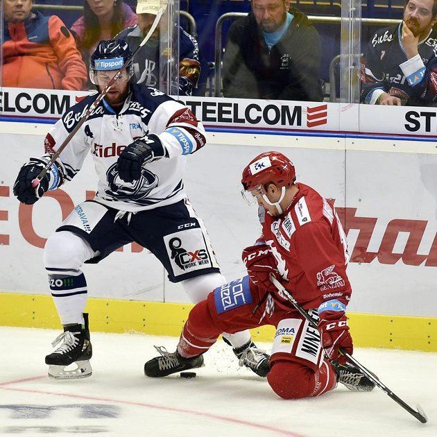 Hokejisté Petr Šidlík z Vítkovic a Patrik Hrehorčák z Třince v akci během extraligového utkání.