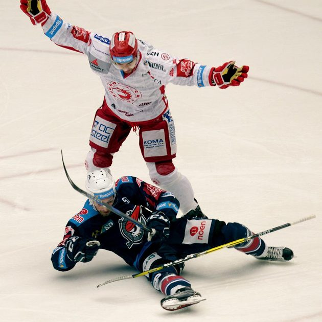 Cory Cane z Třince má sice rozpažené ruce na znamení, že se neprovinil proti pravidlům, jenže sudí viděli správně, že fauloval Jana Ruttu z Chomutova ve čtvrtfinále play off hokejové extraligy.