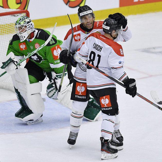 Autor druhého gólu Joel Lundqvist (čelem) a Ryan Lasch z Frölundy se radují. Vlevo je brankář Boleslavi Jan Růžička.