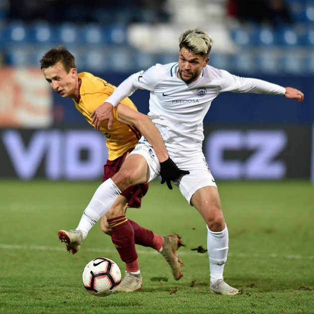 Liberecký fotbalista Aleš Nešický (vpravo) a Daniel Tetour z Dukly v akci během utkání.