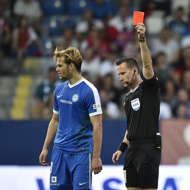 Druhou žlutou a následně červenou kartu dostal v duelu se Slavií Matěj Pulkrab ze Slovanu.
