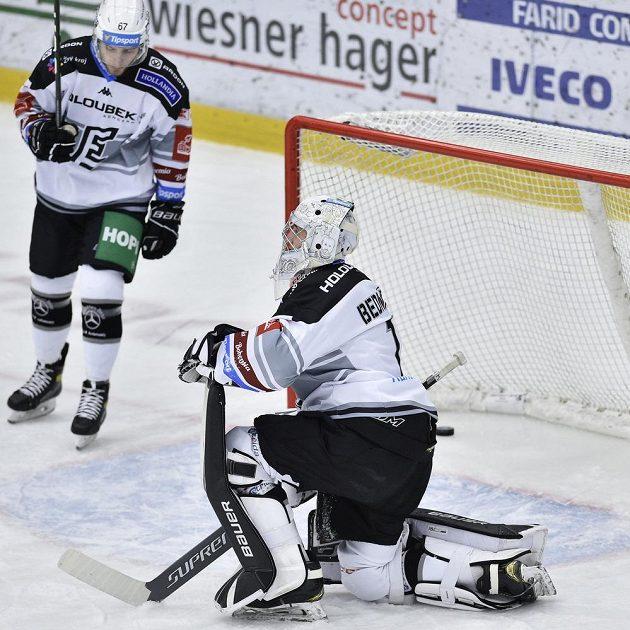 Jan Hladonik z Karlových Varů a brankář Jan Bednář po inkasovaném gólu.