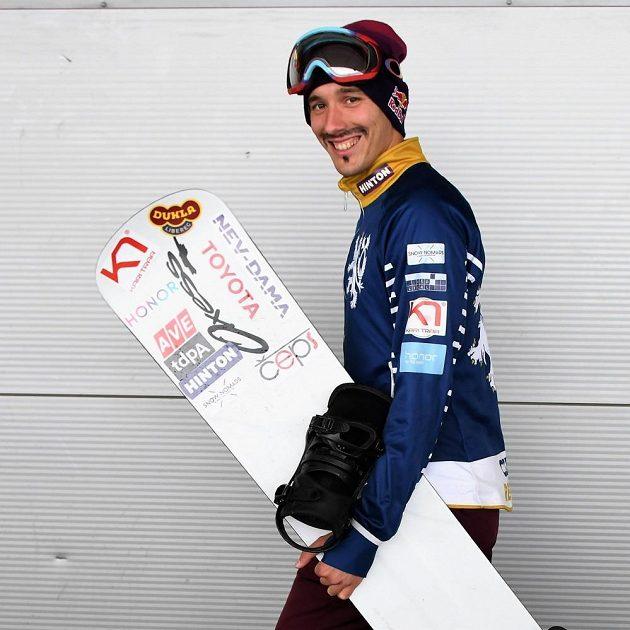 Moderní pětibojař Jan Kuf se proměnil ve snowboardistu.