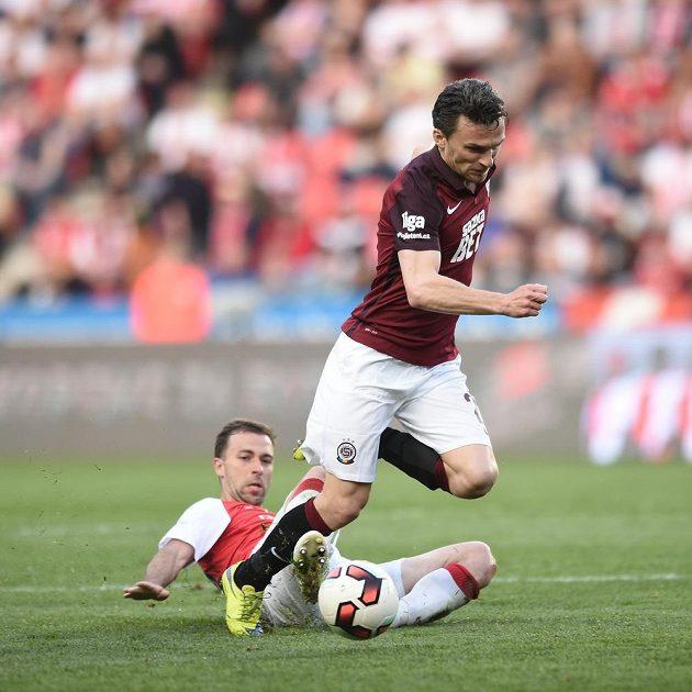 Slávista Josef Hušbauer se skluzem snaží zastavit kapitána Sparty Davida Lafatu.