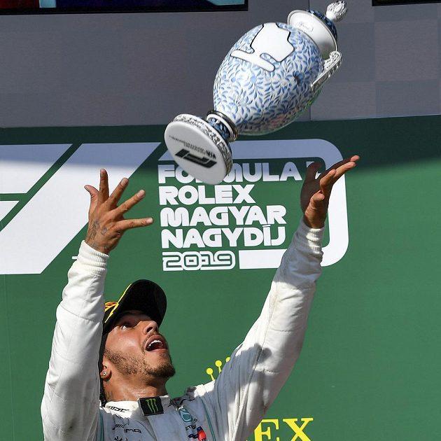 Brit Lewis Hamilton z Mercedesu si užíval radosti po triumfu ve Velké ceně Maďarska F1.